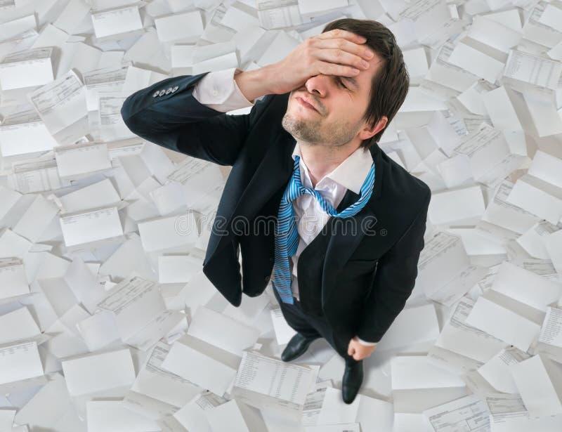 De zakenman heeft hoofdpijn Teleurstelling en mislukkingsconcept royalty-vrije stock afbeelding