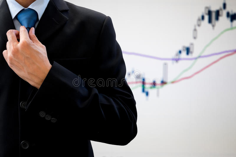 De zakenman herschikt halsband stock fotografie