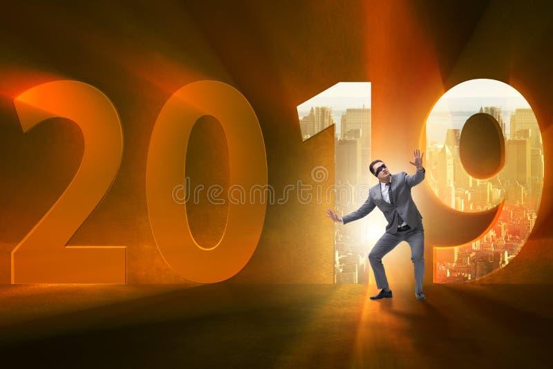 De zakenman in het concept overgang naar jaar 2019 royalty-vrije stock afbeelding