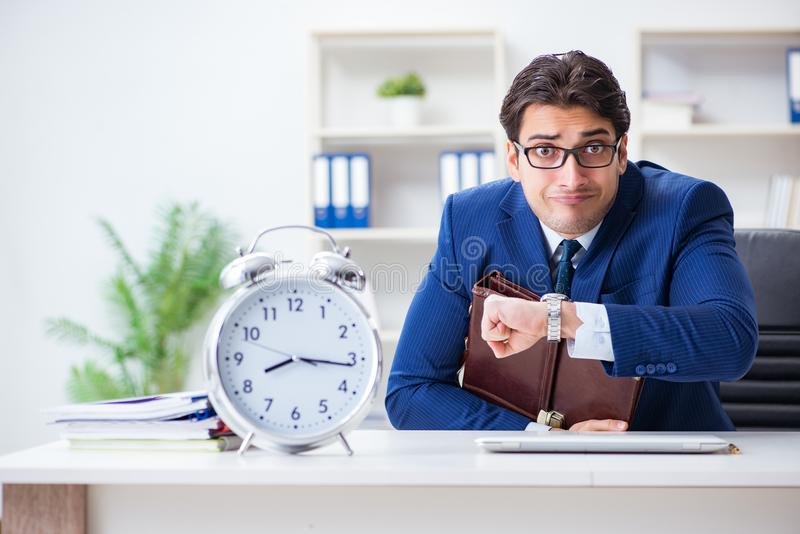 De zakenman in het slechte concept van het tijdbeheer stock afbeelding