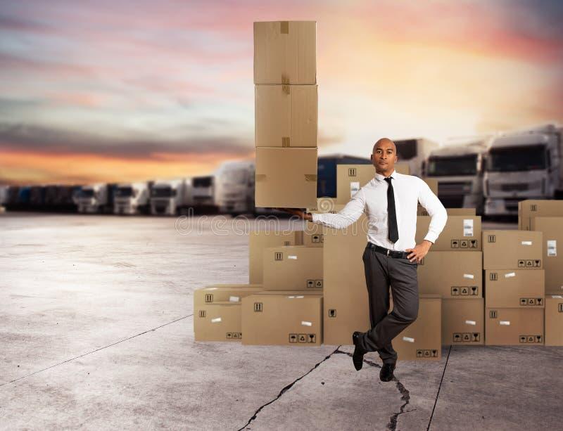 De zakenman houdt een stapel van pakketten in een hand Concept snelle levering stock foto