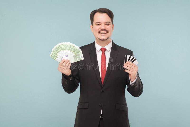 De zakenman houdt heel wat euro en heel wat betaalpassen royalty-vrije stock afbeelding