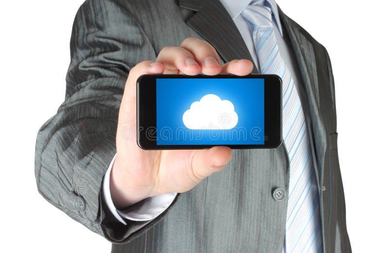 De zakenman houdt slimme telefoon met wolk gegevensverwerkingsconcept royalty-vrije stock afbeelding