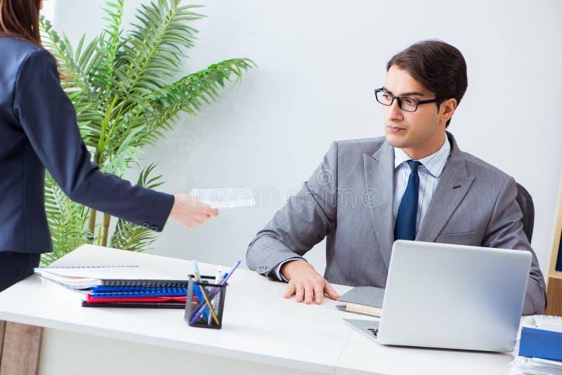 De zakenman in immoreel bedrijfsconcept met steekpenning stock foto