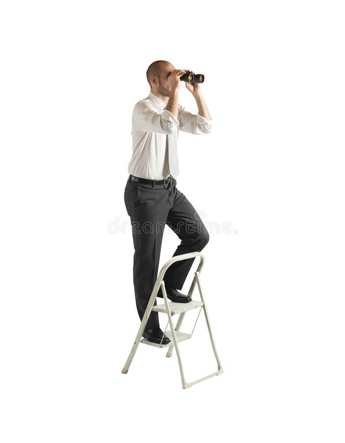 De zakenman kijkt ver voor nieuwe bedrijfskansen Geïsoleerdj op witte achtergrond stock afbeeldingen