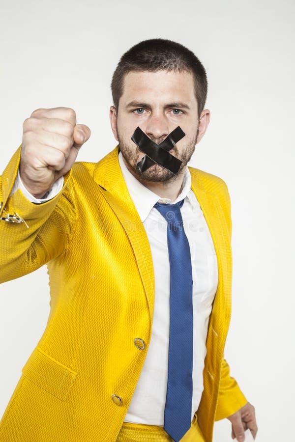De zakenman klemt zijn vuist in een gebaar van strijd dicht for freed royalty-vrije stock foto's