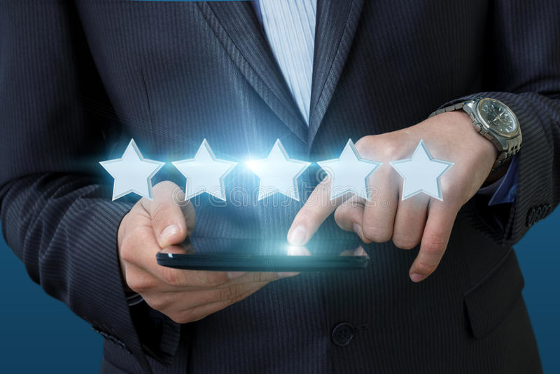 De zakenman klikt op de classificatie in de computer royalty-vrije stock foto
