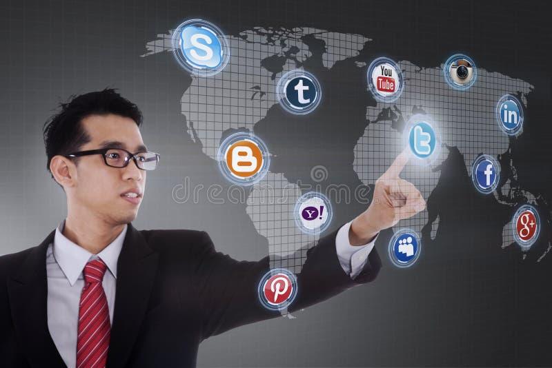 De zakenman klikt op sociaal netwerkpictogram royalty-vrije stock foto