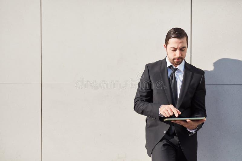De zakenman in kostuum duwt fiets stock foto's