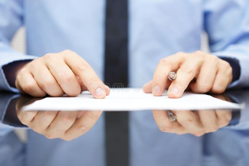 De zakenman leest zorgvuldig contract stock foto's