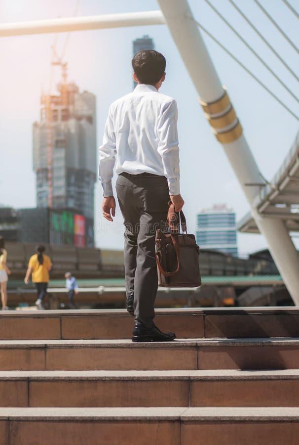 De zakenman loopt in stad stock foto's