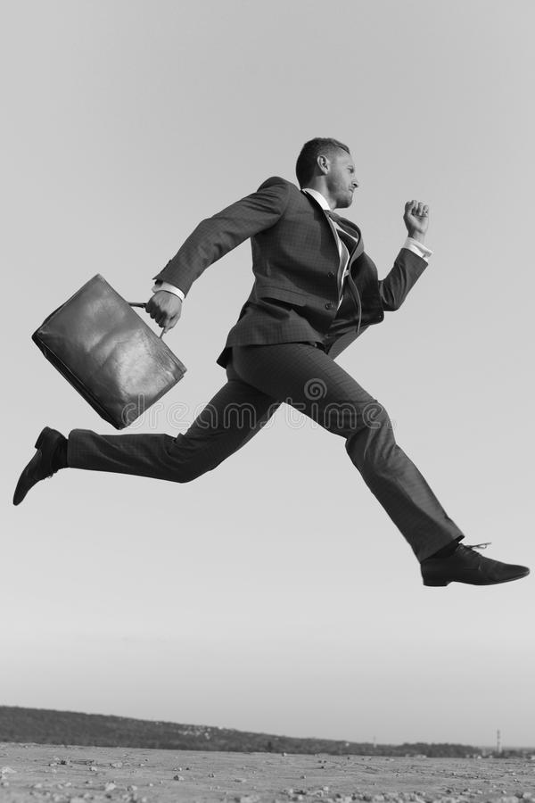 De zakenman maakt groot op carrièreladder opvoeren stock foto