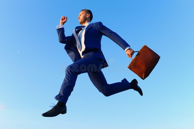 De zakenman maakt groot op carrièreladder opvoeren royalty-vrije stock foto