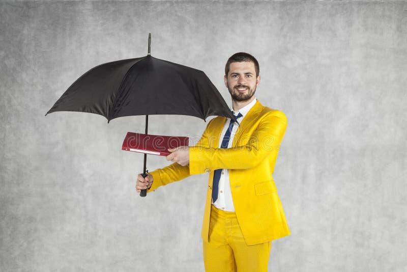 De zakenman met aktentas beschermt gegevens onder de paraplu royalty-vrije stock afbeelding