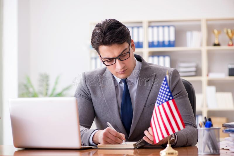 De zakenman met Amerikaanse vlag in bureau royalty-vrije stock foto