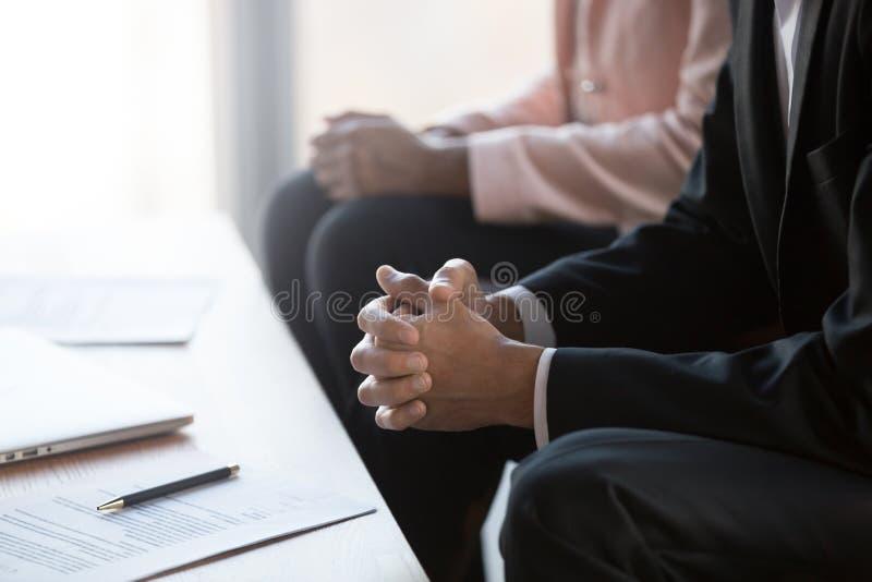 De zakenman met clasped handen onderhandelend over contract op groepsvergadering stock afbeeldingen