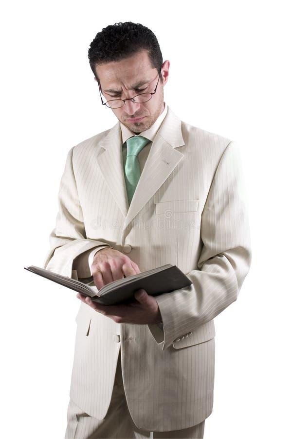 De zakenman met een paar van glassed het lezen van een boek stock foto's