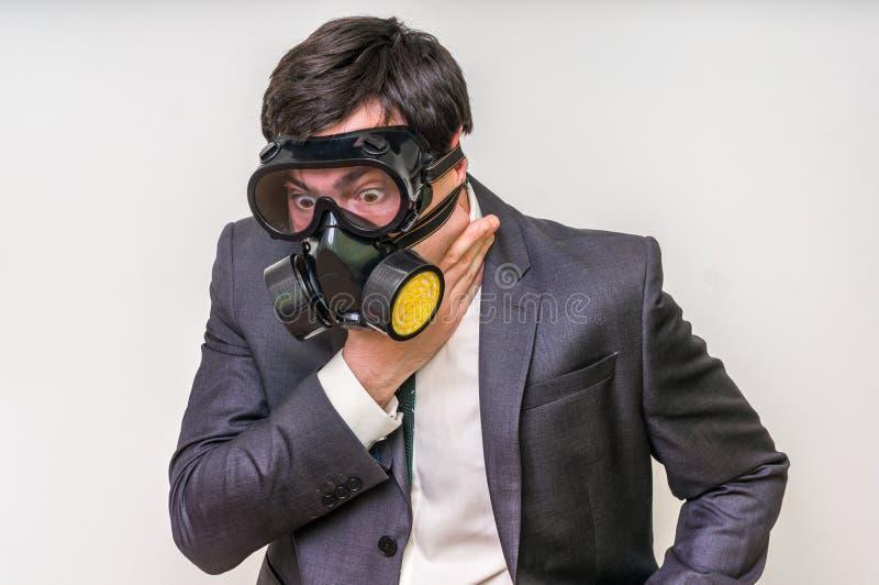 De zakenman met gasmasker kan geen slechte lucht ademen royalty-vrije stock fotografie