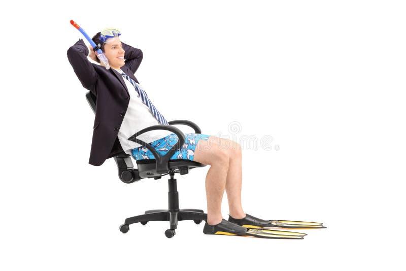 De zakenman met snorkelt ontspannend als bureauvoorzitter royalty-vrije stock foto's