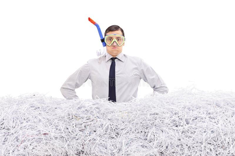 De zakenman met snorkelt staand in verscheurd document stock afbeeldingen