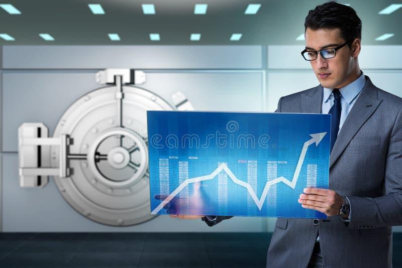 De zakenman met touchscreen in financieel bankwezenconcept royalty-vrije stock fotografie