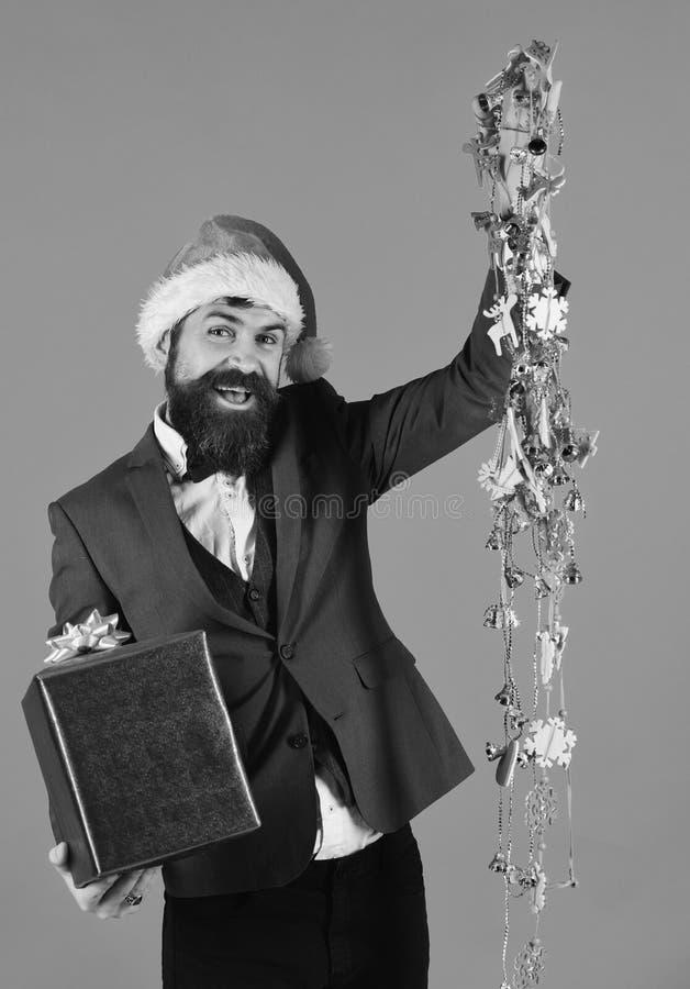 De zakenman met vrolijk gezicht houdt huidige doos en decoratie royalty-vrije stock fotografie