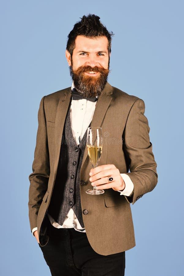 De zakenman met vrolijk gezicht houdt mousserende wijn royalty-vrije stock foto