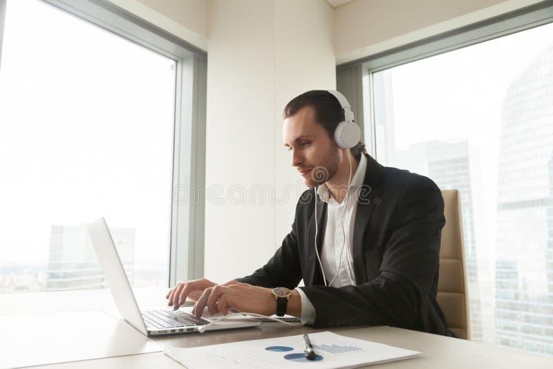 De zakenman neemt aan online conferentie deel stock afbeelding