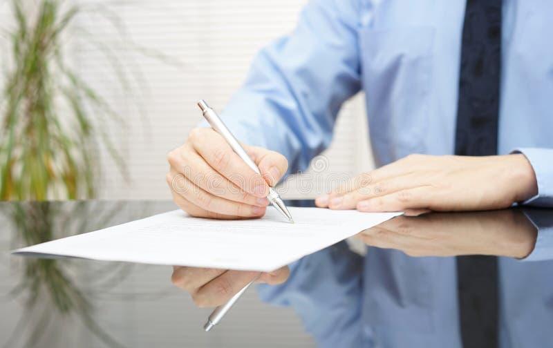De zakenman ondertekent contract om overeenkomst te beëindigen stock fotografie