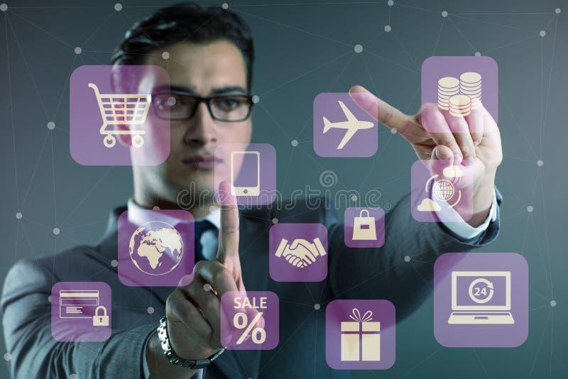 De zakenman in online handel en het winkelen concept stock afbeelding