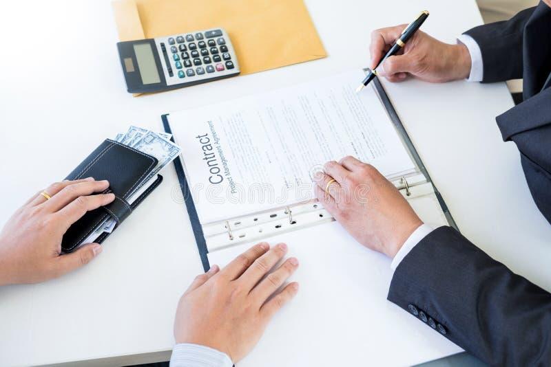 De zakenman ontvangt geld in de envelop in dossier wordt aangeboden die steekpenning nemen en een contract ondertekenen - antiomk stock afbeelding