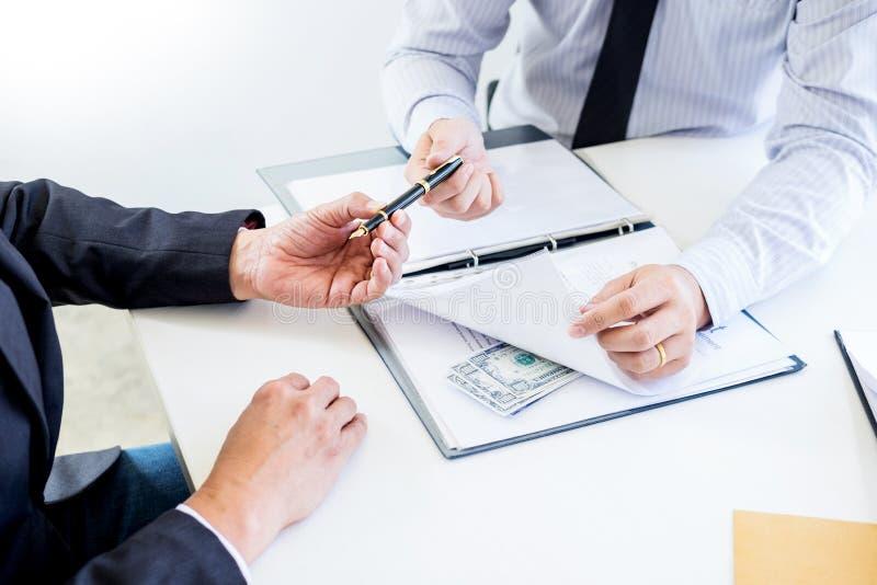 De zakenman ontvangt geld in de envelop in dossier wordt aangeboden die steekpenning nemen en een contract ondertekenen - antiomk stock foto's