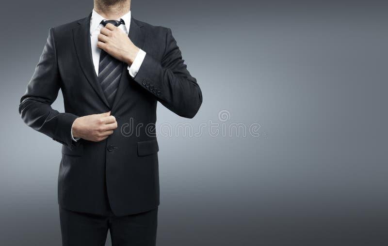 De zakenman past zijn band aan royalty-vrije stock fotografie