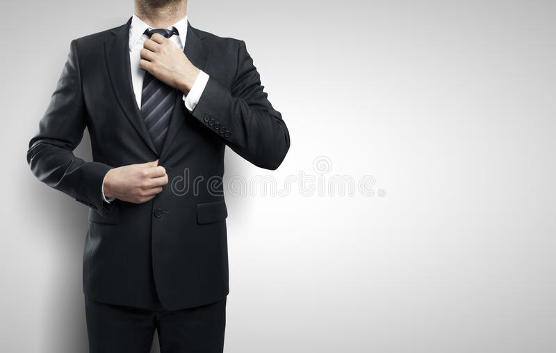 De zakenman past zijn band aan stock foto's