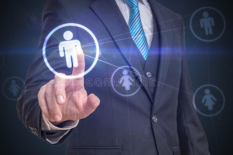 De zakenman raakt het scherm met vinger en selecteert gebruiker in sociaal netwerk Het concept van de marketing stock afbeelding