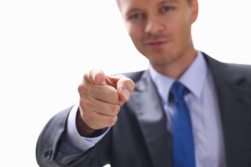 De zakenman richt een vinger op iemand wie stock afbeelding