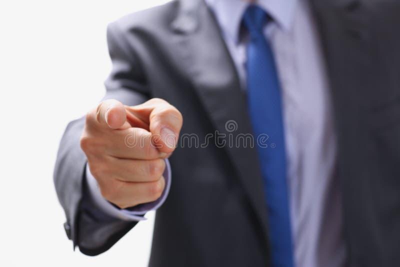De zakenman richt een vinger op iemand wie stock foto