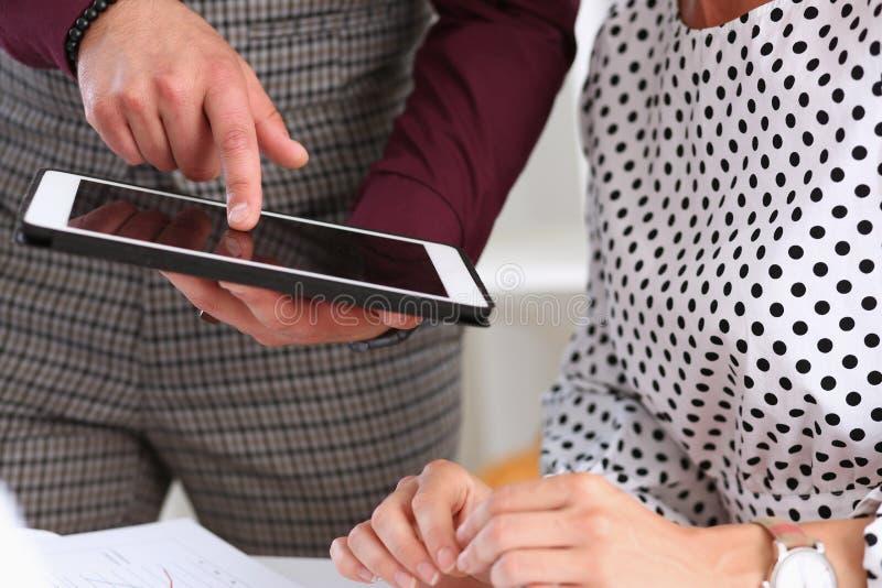 De zakenman richt een vinger op de tablet stock afbeeldingen