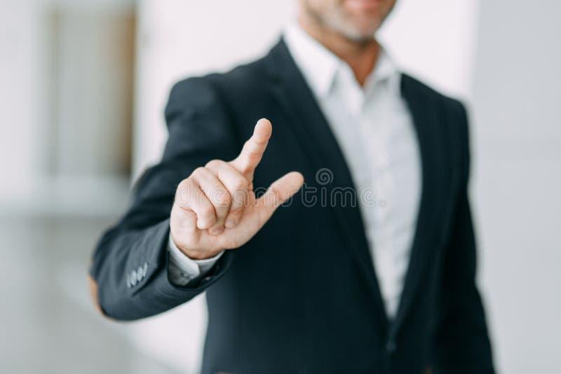 De zakenman richt zijn vinger op het scherm, de persen en de kranen stock afbeeldingen