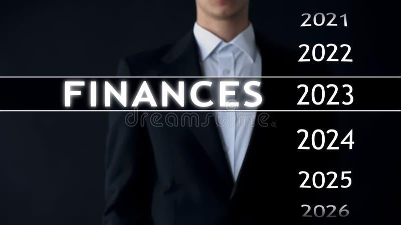 De zakenman selecteert de financiën van 2023 rapporteert over het virtuele scherm, geldstatistieken royalty-vrije stock foto