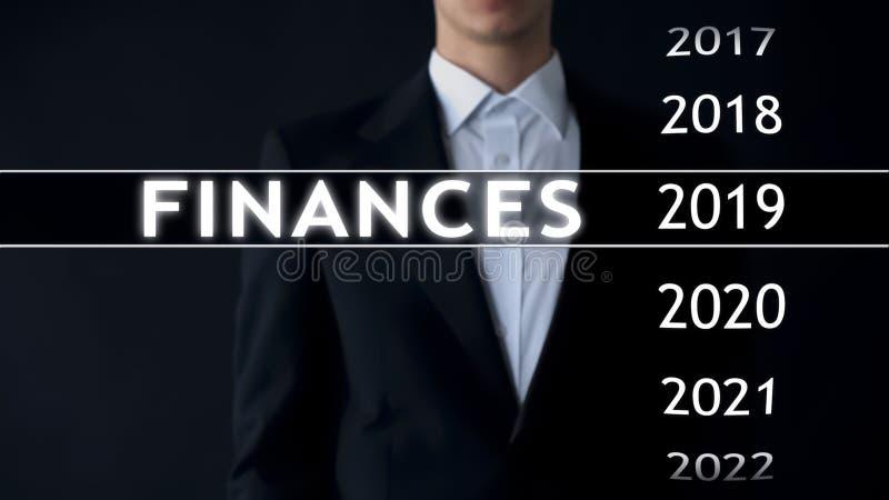 De zakenman selecteert de financiën van 2019 rapporteert over het virtuele scherm, geldstatistieken stock afbeeldingen