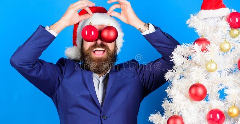 De zakenman sluit zich aan Kerstmis bij voorbereiding De familie die van de sneeuwman de Kerstmisboom krijgt Bedrijfs en Kerstmis stock fotografie
