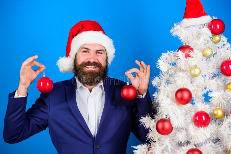De zakenman sluit zich aan Kerstmis bij voorbereiding De familie die van de sneeuwman de Kerstmisboom krijgt De slijtage formele  stock afbeelding