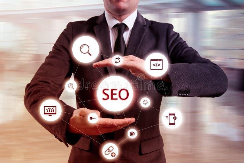 De zakenman stelde efficiënte de optimaliseringsbenadering voor van 'SEO' Handen die een stroomschema van 'SEO' voorstellen stock afbeelding
