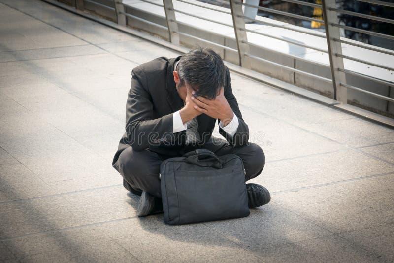 De zakenman is teleurgesteld van het verliezen in beurs, econo stock foto's