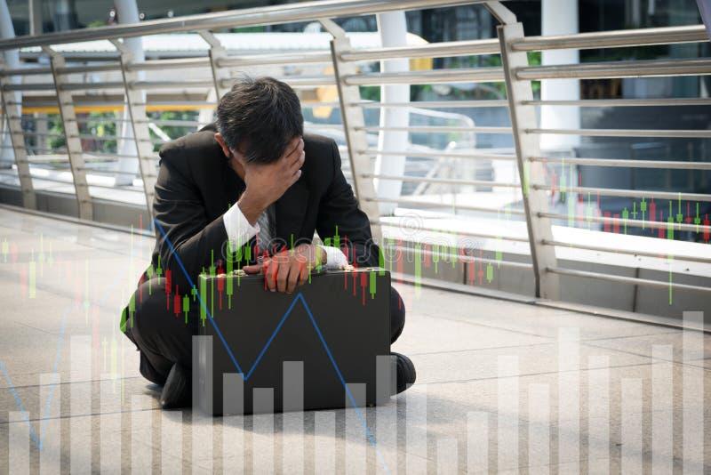 De zakenman is teleurgesteld van het verliezen in beurs, econo royalty-vrije stock afbeelding