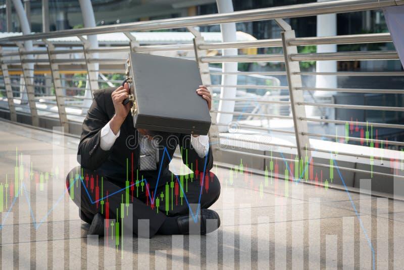De zakenman is teleurgesteld van het verliezen in beurs, econo stock afbeeldingen