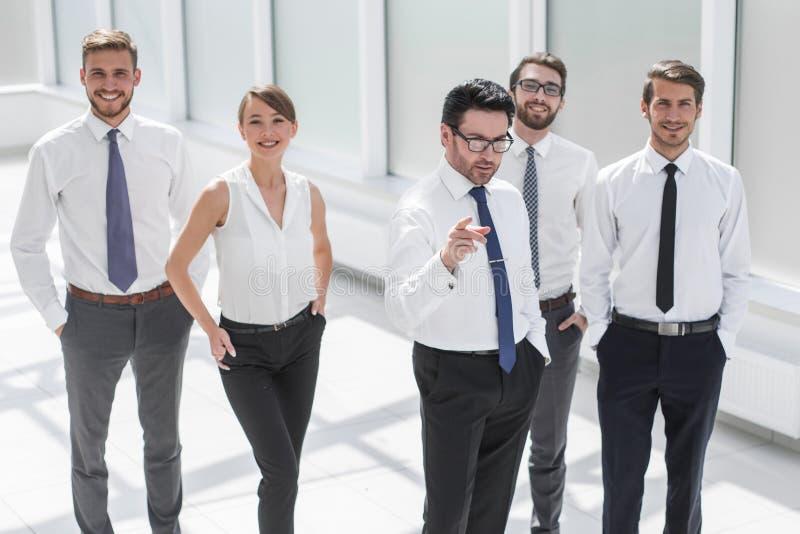 De zakenman toont het commerciële team de manier aan succes stock foto's