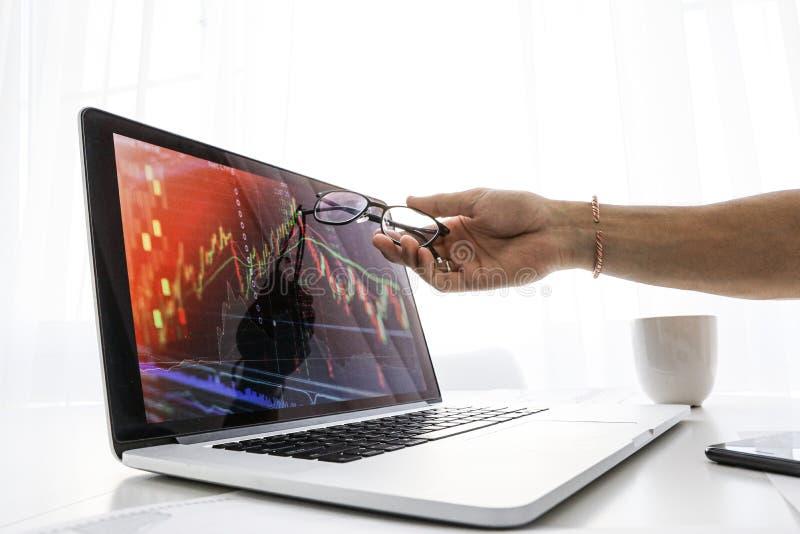 De zakenman toont het scherm op laptop de grafiek van de groei stock afbeeldingen