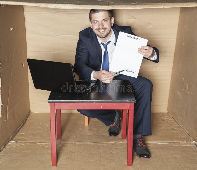 De zakenman toont waar u een overeenkomst moet ondertekenen royalty-vrije stock afbeelding